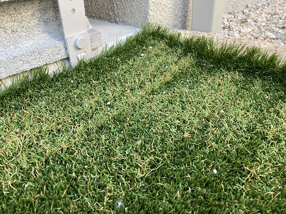溶けた人工芝をアップでみる